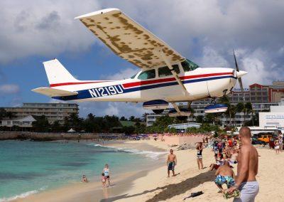 Cessna_172_landing_at_SXM